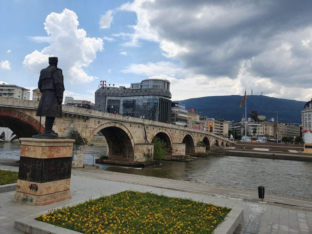 Steinbrücke Skopje Bauprojekt Skopje 2014 in Skopje Nordmazedonien Gebäude Statuen