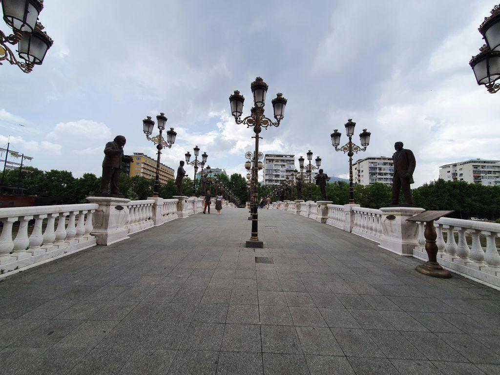Künstlerbrücke Skopje Bauprojekt Skopje 2014 in Skopje Nordmazedonien Gebäude Statuen