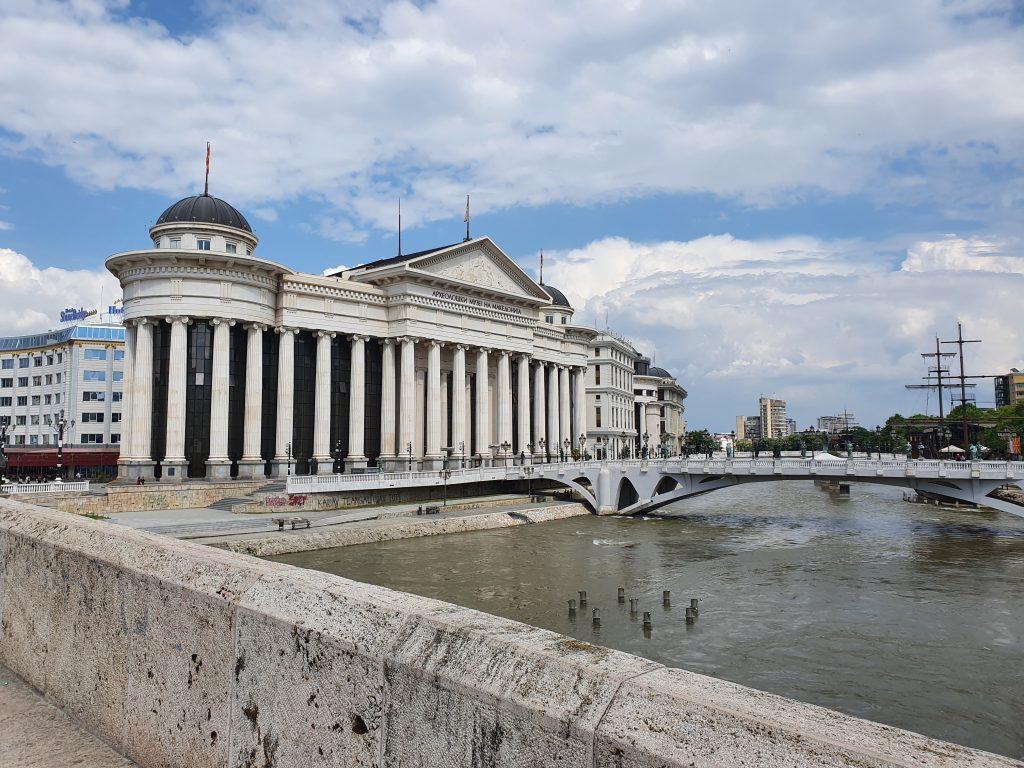 Blick von der Steinbrücke auf das Archeologische Museum in Skopje Bauprojekt Skopje 2014 in Skopje Nordmazedonien Gebäude Statuen