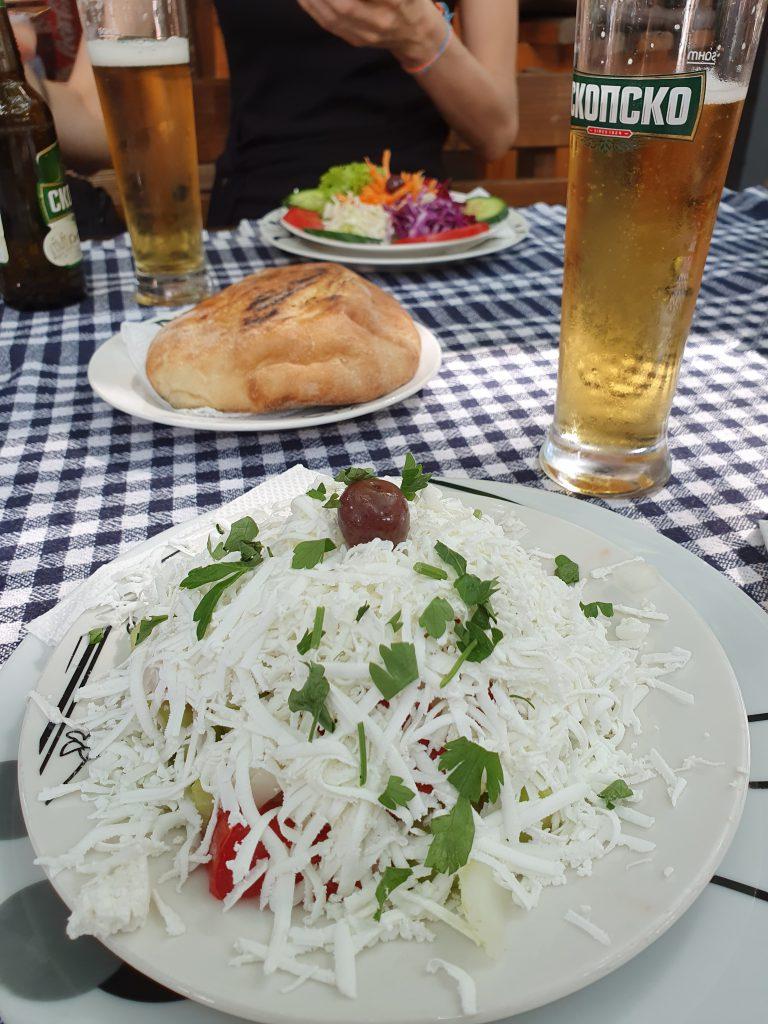 Essen und Trinken in der Altstadt Sehenswürdigkeiten in Skopje Skosko und Shopska Nordmazedonien Reise Urlaub