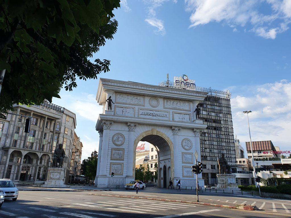 Macedonian Gate Bauprojekt Skopje 2014 in Skopje Nordmazedonien Gebäude Statuen