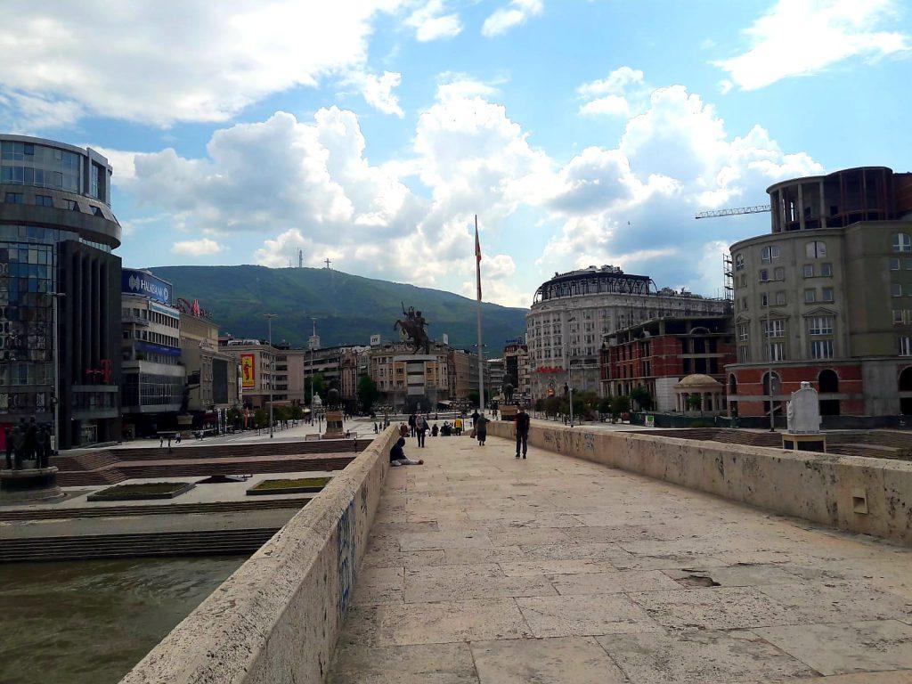 Sehenswürdigkeiten in Skopje Steinbrücke Millenium Cross in Skopje Altstadt Nordmazedonien Reise