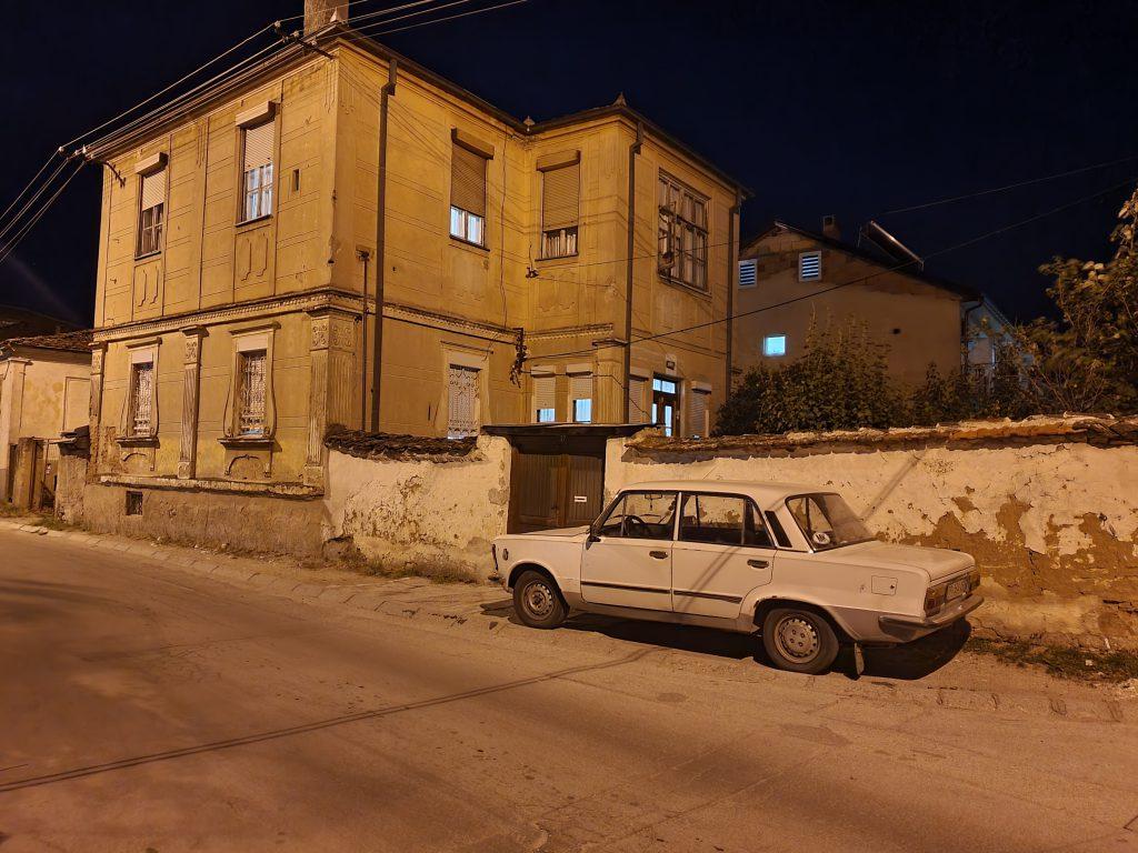 Straßen in Prilep bei Nacht Nordmazedonien Reise Städte